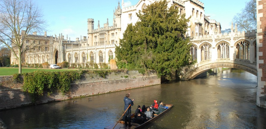 Photo of some punter punting on the Cam, alongside the Bridge of Sighs and St. Johns College in the background